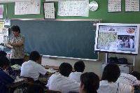 普通教室での地デジテレビ活用の様子。