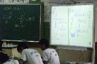理科教室でのアクティブボード【電子黒板】活用の様子。
