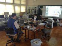 IT指導員はノートPCの初期化、ICT授業支援員は電子黒板機能付きプロジェクターを試しています。