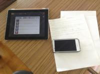 『電子黒板機能付きプロジェクター』は、iPadやスマートフォンと無線で直接接続して投影・書き込みができる機能があります。