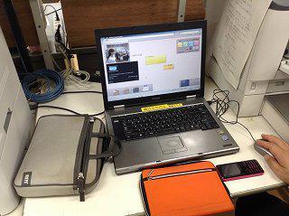 浦添中学校職員室の共有PCで教育研究所の 【lino】 掲示板を確認。