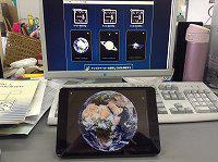 画面左のARマーカーにカメラをかざすと地球の3D画像がiPad mini に現れました。